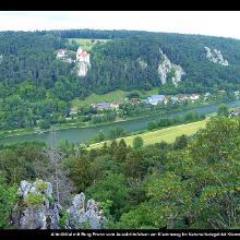 Altmühltal mit Burg Prunn vom Aussichtsfelsen am Klammweg im Naturschutzgebiet Klamm und Kastelhänge