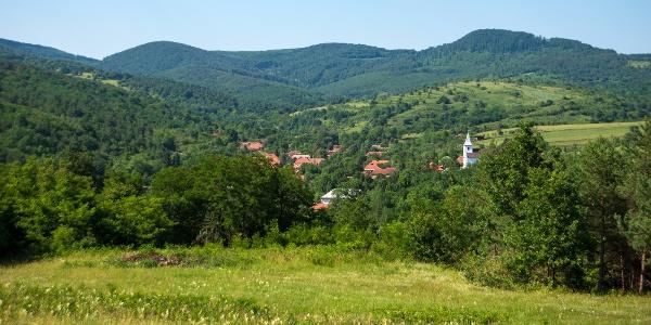 Az apró ruszin falu, Komlóska bújik meg a kaszálóktól tarka hegyoldalak közt