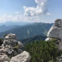 Blick ins Kaisergebirge über den Gipfel der Kampenwand