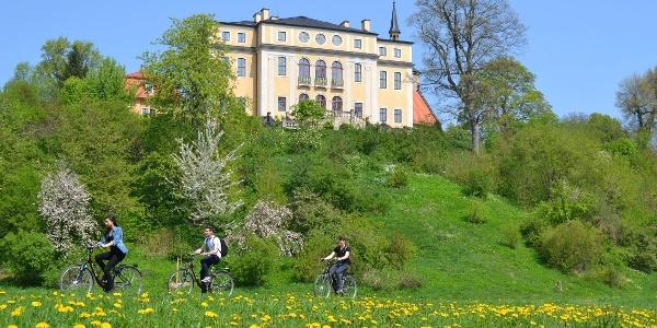 Schloss Ettersburg mit Radfahrern