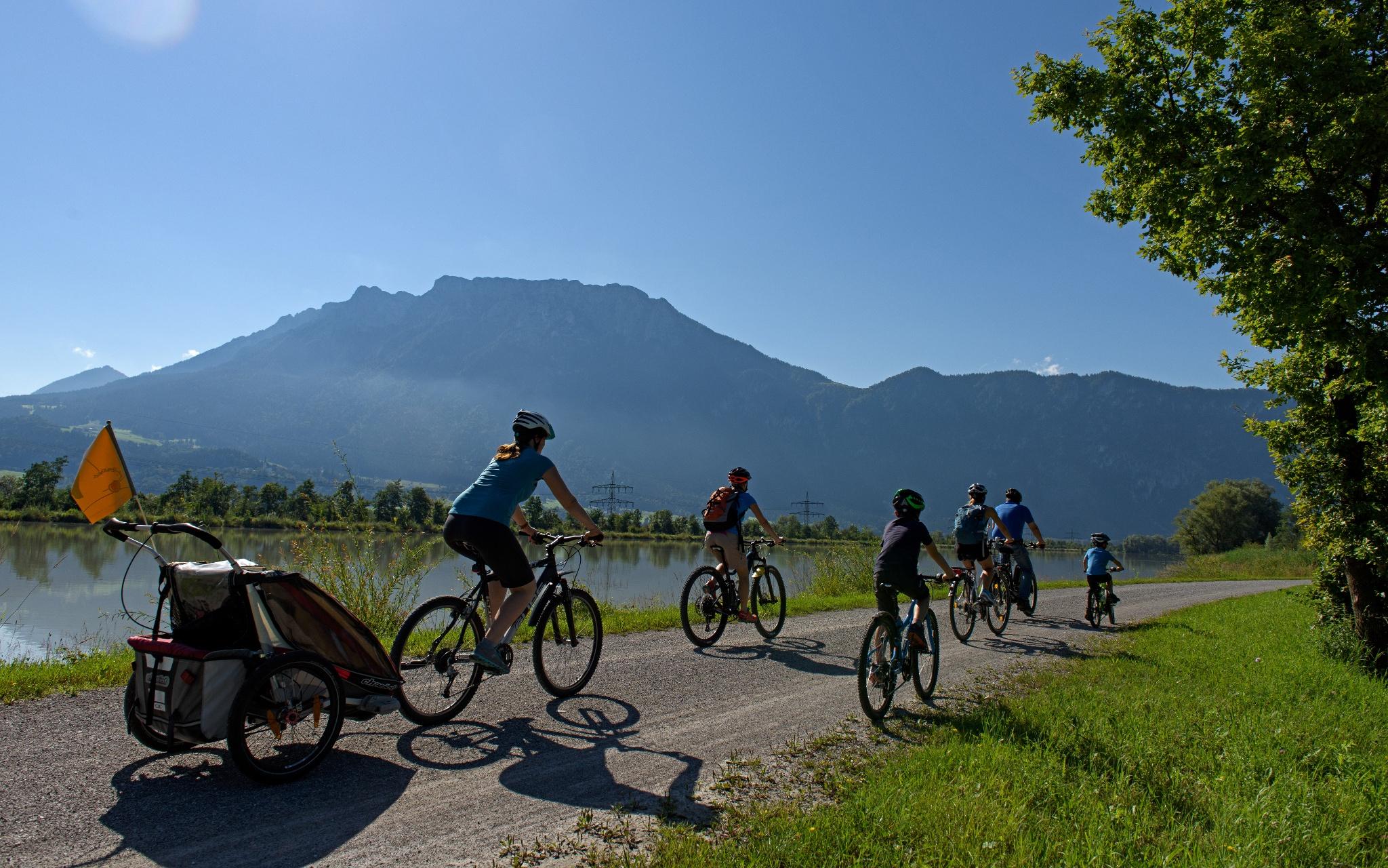 Familie auf dem Inndammradweg Richtung Kufstein