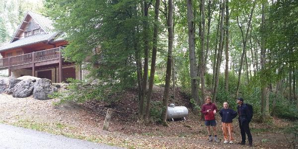 Het verharde bospad dat naar de rots leidt tussen huisnummers 4 en 6. Volg het pad 350 meter tot aan de rots.