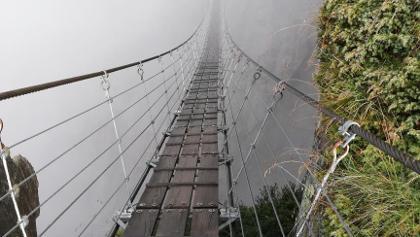 Salbit-Hängebrücke in clouds.