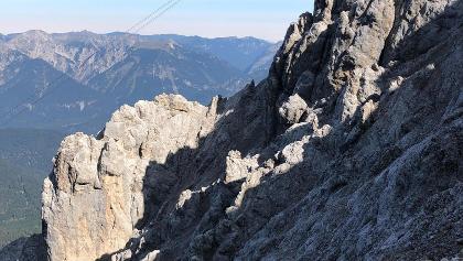 Blick zu den Felsen unter Tiroler Seilbahn