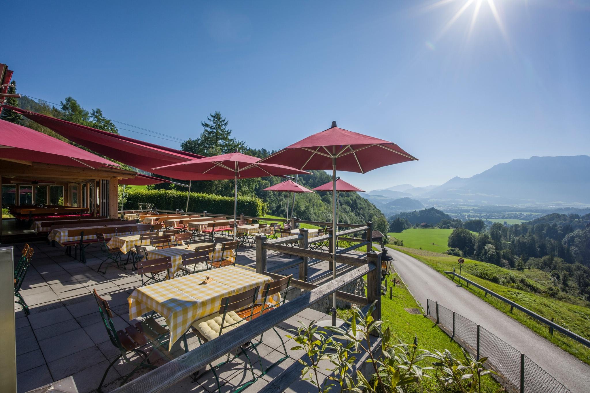 Terasse Berggasthof Hummelei mit Blick auf da Kaisergebirge