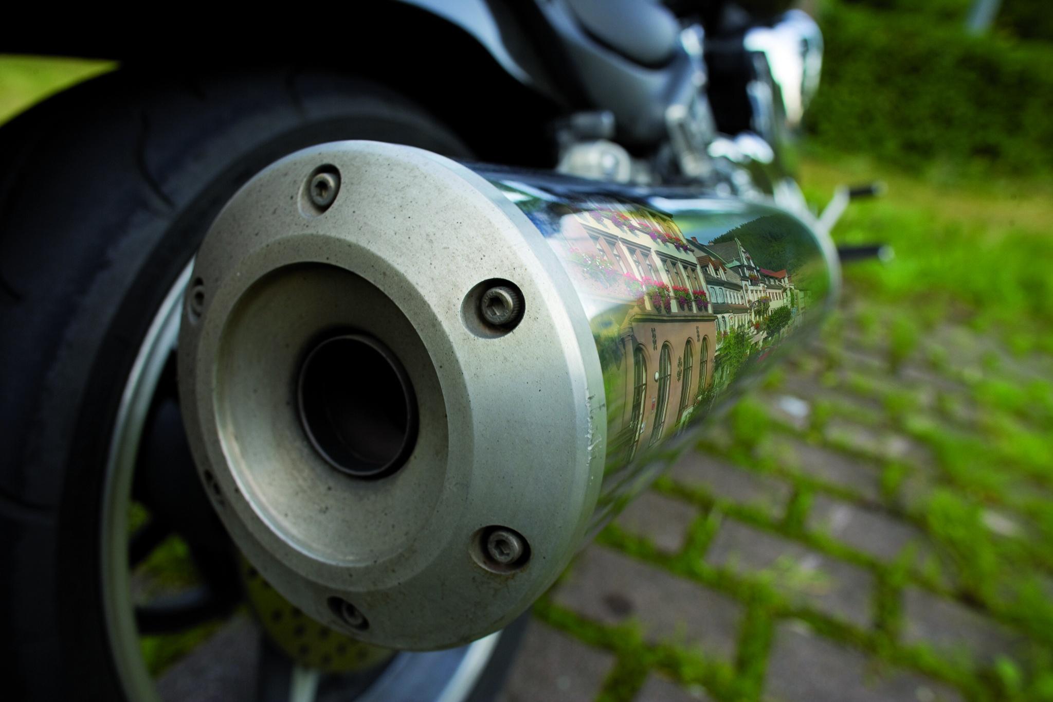 Verspiegeltes Rathaus im Auspuff eines Motorrad
