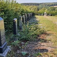 Innenansicht des Friedhofes mit einigen älteren Grabsteinen