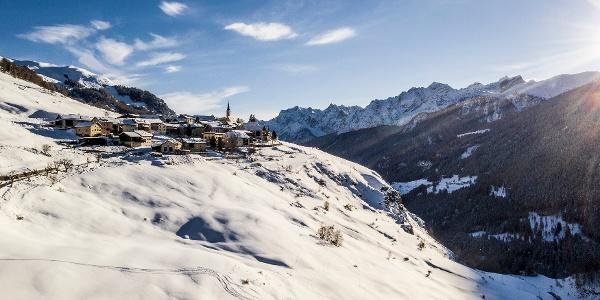 Blick auf Guarda und die umliegende Bergwelt