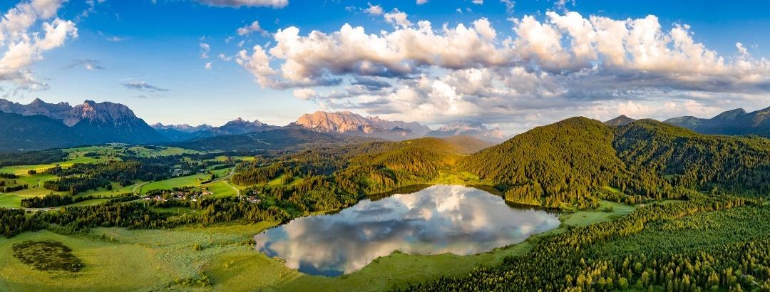 Barmsee mit Karwendel und Wettersteingebirge im Hintergrund