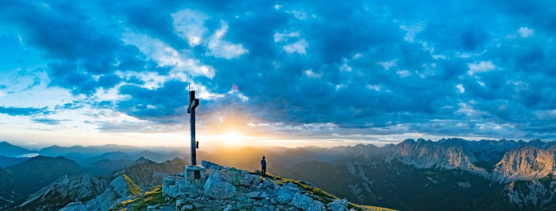 Blick in den Sonnenaufgang auf der Soiernspitze