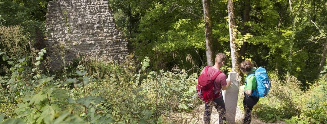 Wanderpaar an der Ruine Kraftstein, DonauWelle Kraftstein-Runde