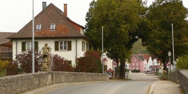 IGH-50 Burg Neuhaus-Weg (Blick über Brücke nach Igersheim)
