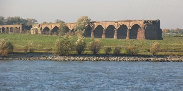 Relikt der Eisenbahnbrücke hinter Perrich