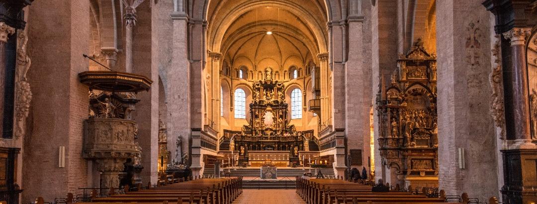 Der Innenraum des Trierer Doms mit Blick auf den Hochaltar