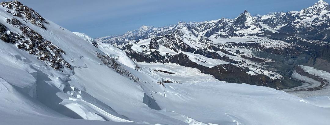 Unterwegs auf die Dufourspitze. Ein Blick zurück auf den Gornergletscher und das Matterhorn lohn sich
