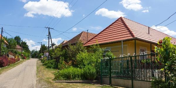Tornácos házak és takaros kertek a füzéri vár oltalmában