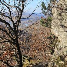Wanderweg an Felsformationen vorbei