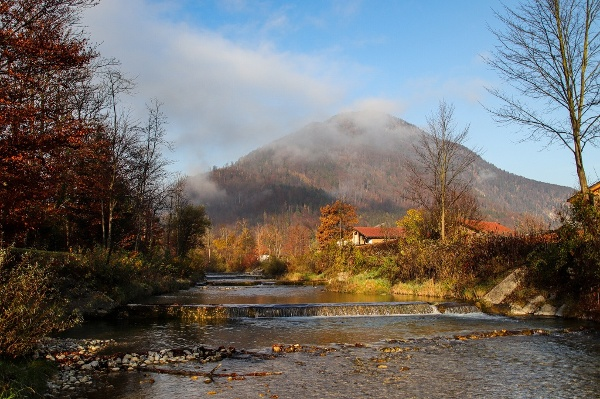 Auerbach im Herbst mit Nebelschwaden