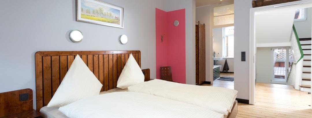 Modern eingerichtetes Zimmer mit Bad