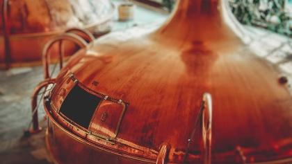 In großen Kesseln wird das Bier gebraut.