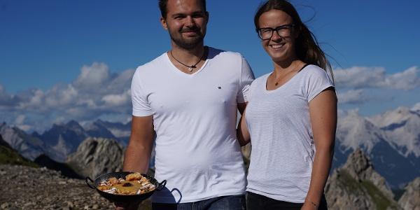 Hüttenwirt Lukas mit Anna - Weiterhin Garanten für den besten Kaiserschmarrn auf der Zillertaler Runde