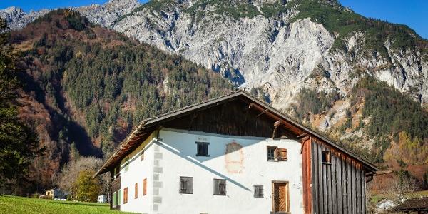 Montafoner Bauernhaus vor Vandanser Steinwand