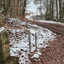 Sandsteinkreuz beim Feldweg nach der L375 Überquerung
