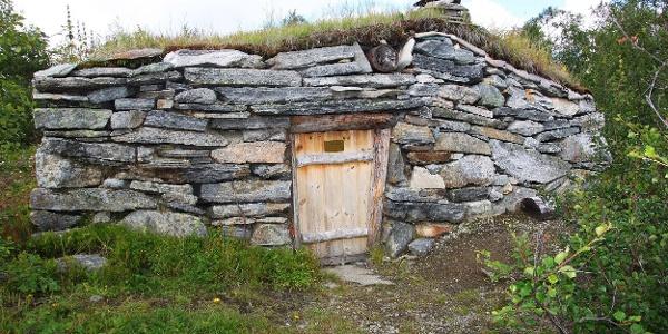 Hamsehytta er ei steinbu bygget først i 1860, og restaurert i nyere tid. Bua står alltid åpen, og er vel verdt turen.