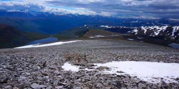 Ekte fjellfølelse garanteres på turen til Kråkvasstinden. Her utsikt mot Kråkvatnet og Sunndalsfjella.
