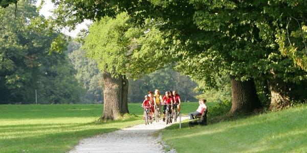 Radfahrer im Schlosspark Rosenau