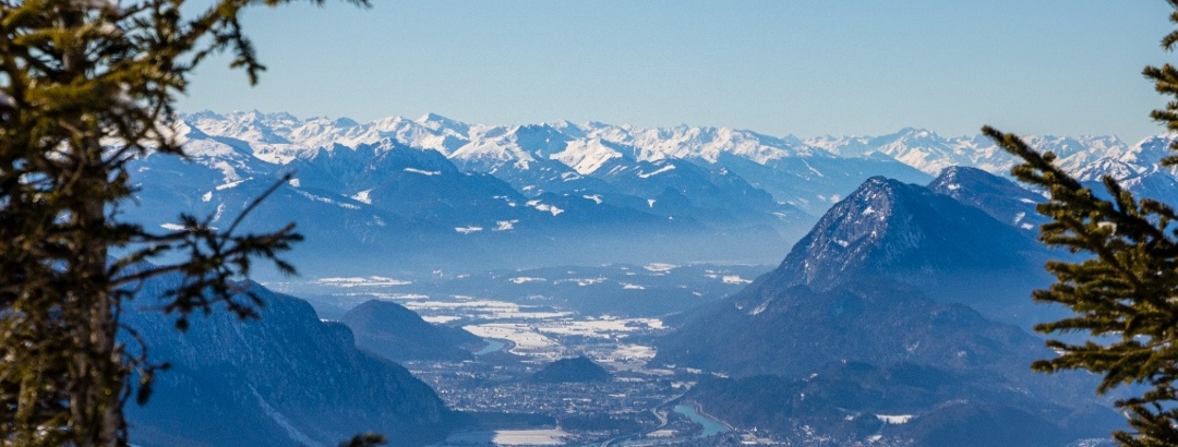Weitblick über das Tiroler Inntal bis zu den Zillertaler Alpen am Horizont.