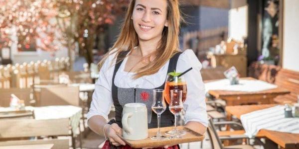Kellnerin im Gastgarten Restaurant Dorfwirt