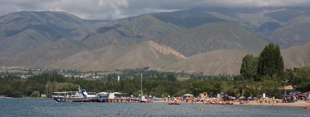 Чолпан Атинский пляж Иссык-Куля на фоне хребта Кунгей Алатау