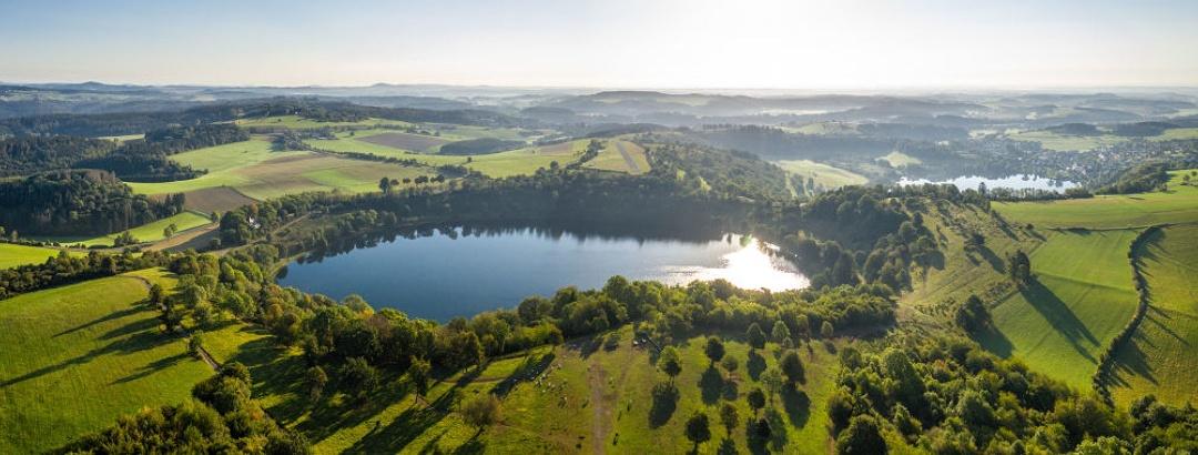 Blick auf das Weinfelder Maar und das Schalkenmehrener Maar