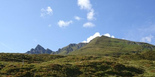 Aufstieg über die Pölsenalm - rechts der Pflugsberg - links hinten die Pihapperspitze