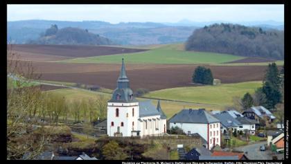 Rückblick zur Pfarrkirche St. Michael in Steffeln vom Weg zum Vulkangarten