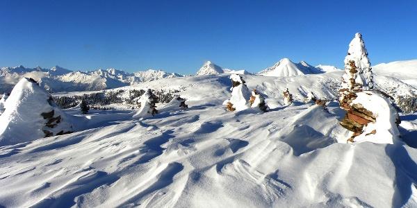 Die uralten Steinhaufen auf dem Hochplateau sind auch im Winter ein beliebtes Wanderziel.