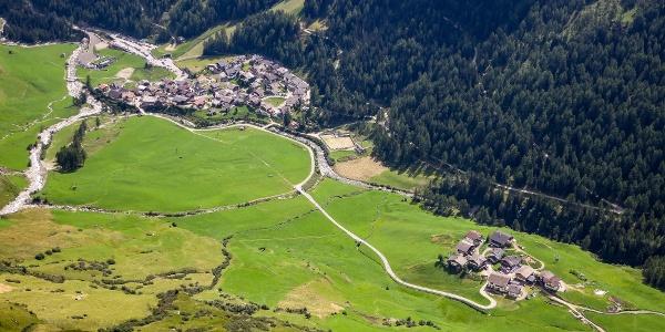 Vom kleinen Weiler Pfelders hinein ins Tal