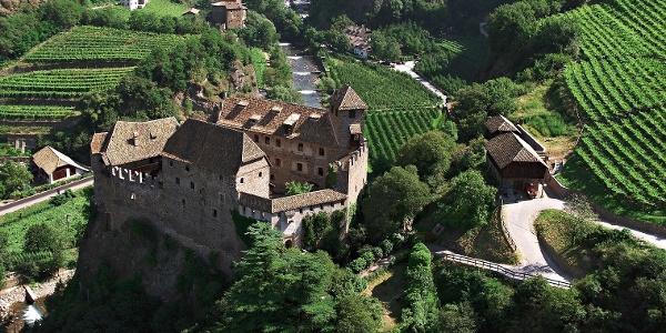 Die 9. Etappe des Südtiroler Jakobwegs führt am Schloss Runkelstein bei Bozen vorbei.