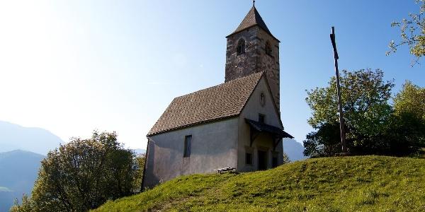 Bei der 8. Etappe geht es auf dem Keschtnweg vorbei an der St. Verena Kirche in Rotwand am Ritten.