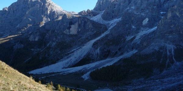 Mountainbiketour unter den beeindruckenden Felswänden der Palagruppe.