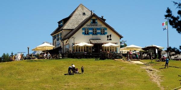 Die Rifugio Ciampedie Hütte der SAT befindet sich auf genau 2000 m, nicht weit entfernt von der Bergstation der Seilbahn und damit auch im Zentrum des spektakulären Panoramas von Ciampedie.