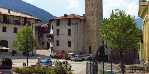 Der Kirchplatz in Sopramonte und der antike Glockenturm (13. Jahrhundert).