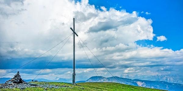 Vom Mittager bietet sich ein imposanter Blick auf die nahen Dolomiten, die Sarntaler Alpen und die Ortlergruppe.