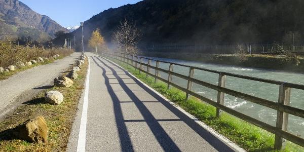 Der wunderschön angelegte Vinschger Radweg führt an der Etsch entlang nach Meran..