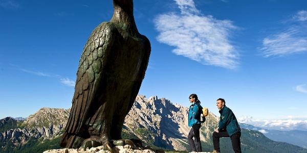 Vorbei am Christomannos Denkmal führt die aussichtsreiche Wanderung zur Rosengartenhütte.