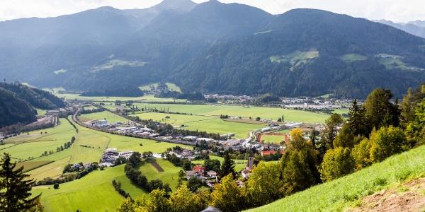 Flache Laufstrecke am Pfitscherbach und Eisack entlang im Sterzinger Moos.