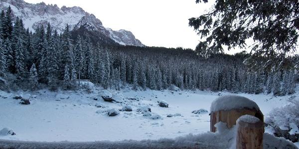 Um den Karersee führt die Winterwanderung hoch auf den Karerpass.