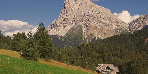 Mit Blick auf den Peitlerkofel führt der Panoramaweg von St. Georg nach Hinterafers.