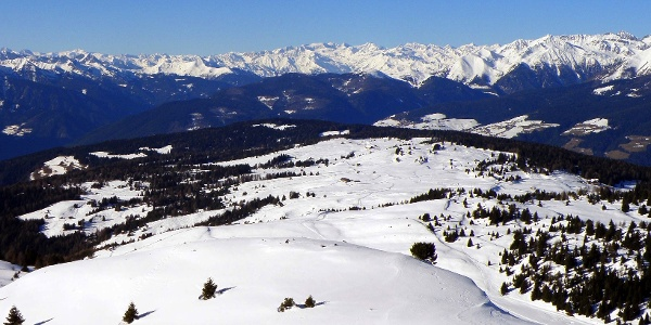 Vom Astjoch reicht der Blick bis weit in den Alpenhauptkamm.